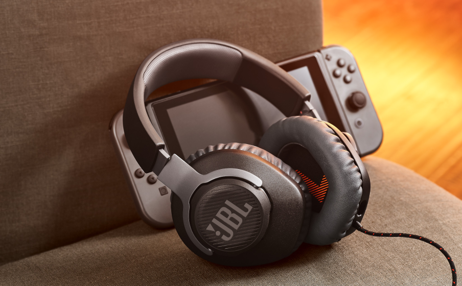 Be at the center of the game with JBL QuantumSOUND Signature